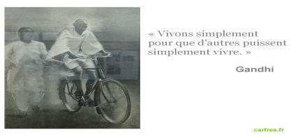 Gandhi fait du vélo