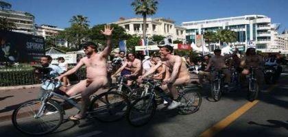 Les Belges à poil et à vélo