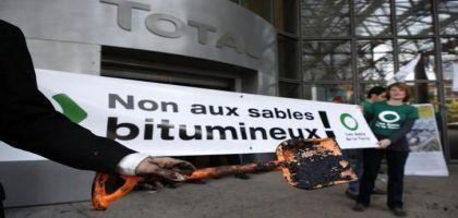 La société civile internationale s'oppose à un nouveau projet d'extraction de sables bitumineux à ciel ouvert par le géant pétrolier français Total au Canada