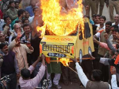 INDIA-ECONOMY-NANO-PROTEST