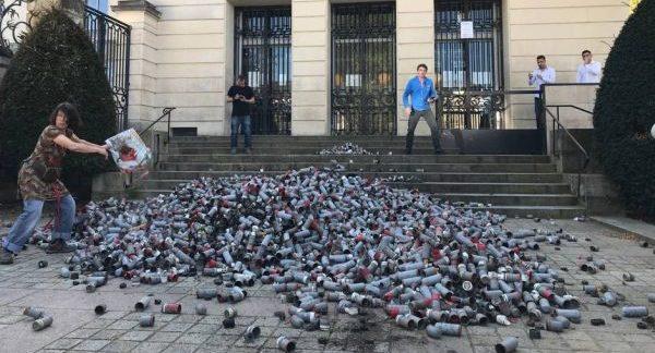 Des grenades utilisées cette semaine dans la Zad sont déposées devant la préfecture à Nantes, ce jeudi 19 avril 2018. | Ouest-France